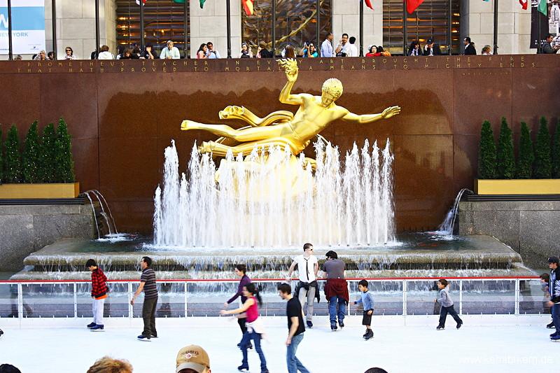 New York : Eislaufbahn und Prometheus-Statue vor dem Rockefeller-Center