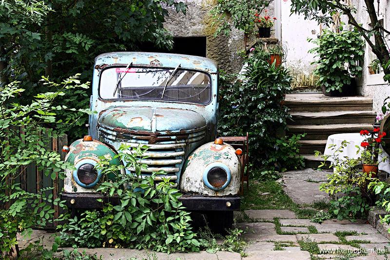 Gebrauchtwagen im Vorgarten